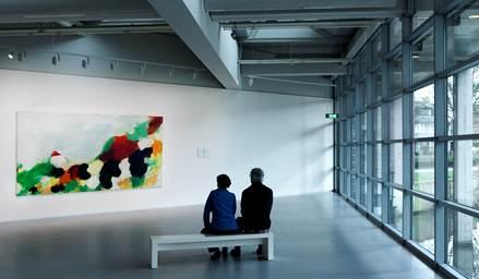 Bezoekers van het Cobra Museum kunnen o.a. langdurig genieten van het schilderij Wide Country van Eugène Brands.