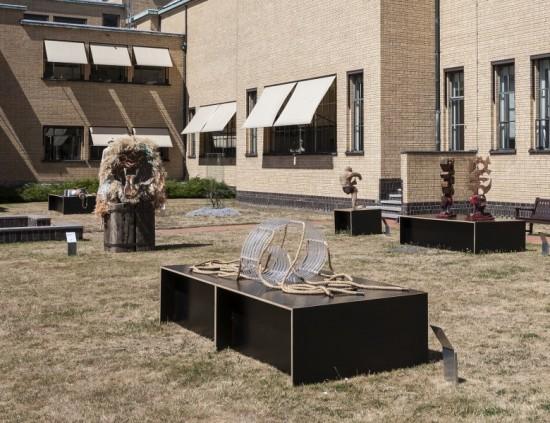 ZomerExpo-werk staat in de beeldentuin 'gewoon' tussen de kunstwerken van Grote Kunstenaars.