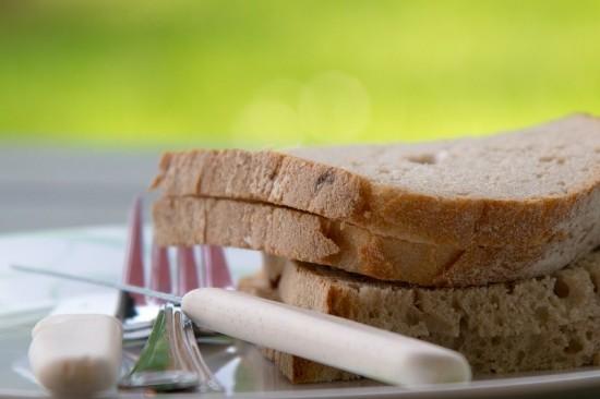 Deze smakelijk ogende boterhammetjes komen uit een fabriek. Fabrieksbrood bevat vaak teveel suiker.