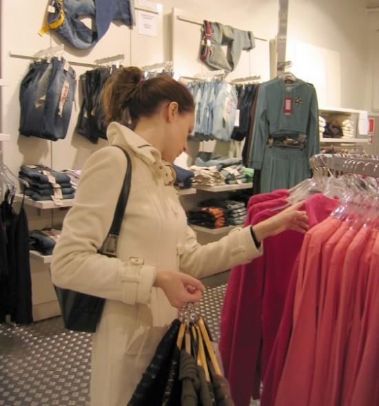 Over een tijdje krijgt deze winkelende mevrouw misschien opeens een berichtje dat ze een leuke korting krijgt op de truien waarnaar ze kijkt.