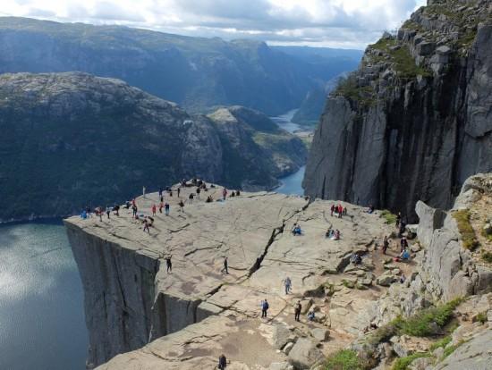 Een van de plekken die ik nog graag eens zou bezoeken: de Preikestolen (Preekstoel) in zuidwest Noorwegen. Deze klif steekt ruim 600 meter boven de Lysefjord uit en het uitzicht is formidabel. Dat wil zeggen: als het weer een beetje meewerkt.
