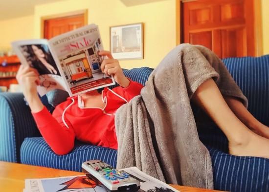 's Avonds ga ik lekker op de bank liggen lezen.