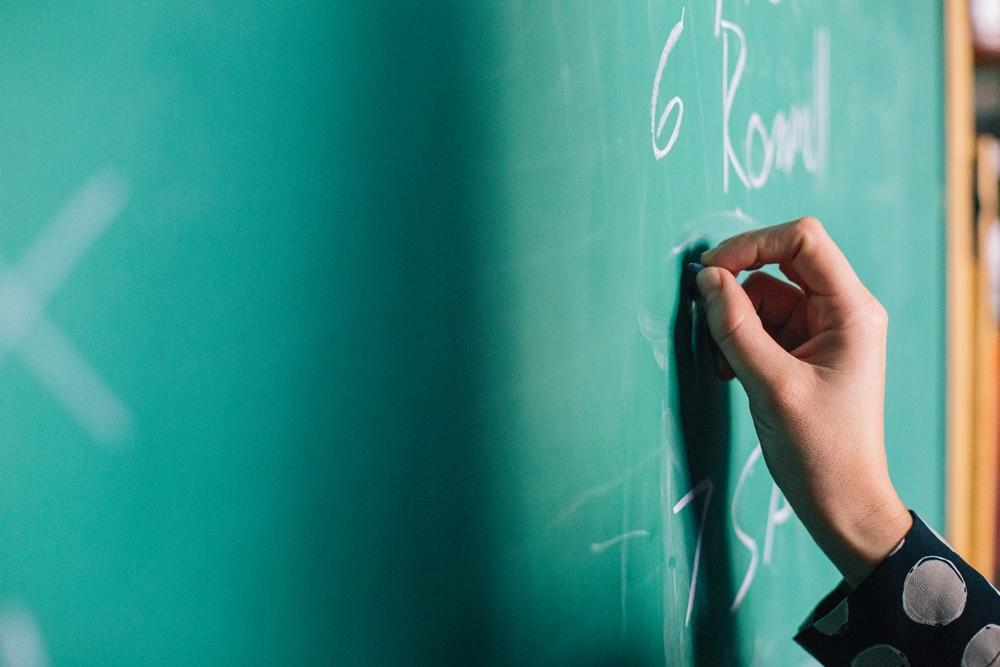 Renske Cramer Creatief artikel schoolplanner tijdmanagement voor scholieren foto van lerares die op het bord schrijft
