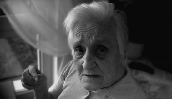 Deze oude mevrouw wordt snel dementer. Maar demente bejaarden komen zelden toe aan euthanasie.