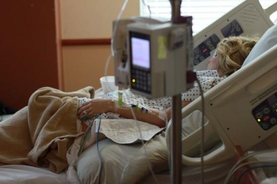 Jongere vrouw in ziekenhuisbed. Ook zij kan euthanasie krijgen als ze ondraaglijk en uitzichtloos lijdt.