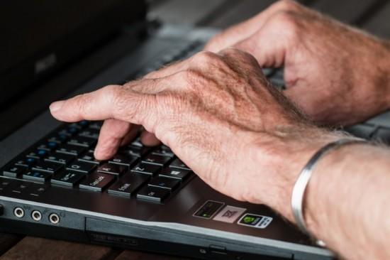 Naarmate ze ouder worden, ervaren middelbaar en hoger opgeleiden steeds meer stress op hun werk.