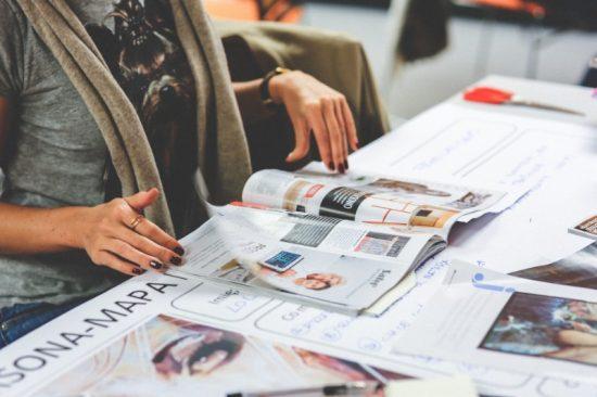 Redacties moeten in alle persvrijheid hun werk kunnen doen. Helaas rukt commerciële beïnvloeding steeds verder op. Het valt vandaag de dag niet mee om goede verdienmodellen voor media te ontwikkelen.