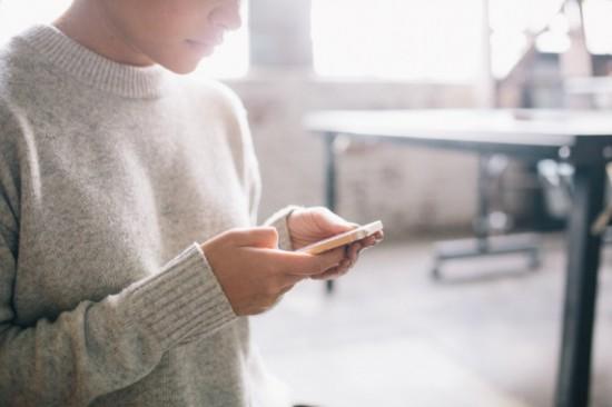 Vergrendelen van hun telefoon vinden de meeste mensen maar lastig. Ze vergeten dat hun toestel automatisch verbinding maakt met allerlei privacygevoelige diensten. Dieven zijn daar bijzonder blij mee...