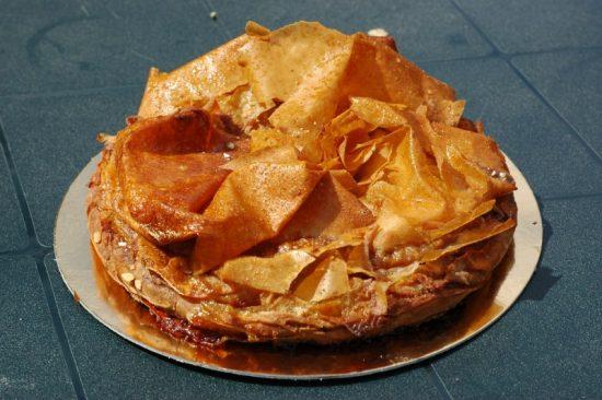 Foto van een Pastis Gascon, een traditionele, Franse taart van appels of pruimen met Armagnac.