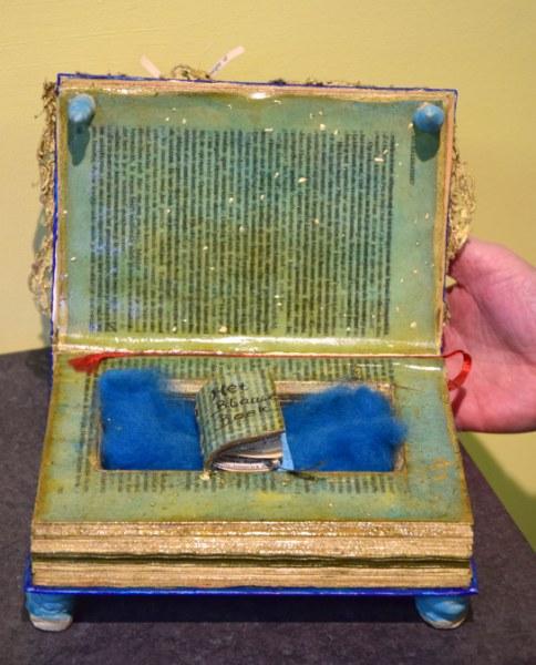 Detail van Sia Braakmans object Ode aan het gesproken woord