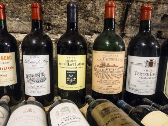 Feestdagenstress in beeld. Een van de moeilijkste dingen vind ik nog het selecteren van een wijn die goed bij de diverse gerechten past.