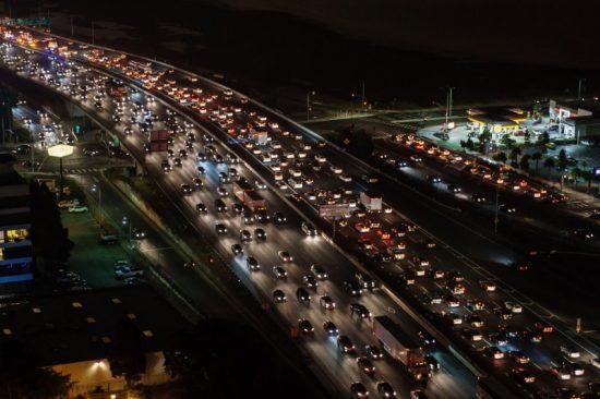 Een snelweg als deze produceert met gemak (veel) meer dan 80 decibel en stadsverkeer komt al gauw boven de 90 decibel uit... Serieuze geluidsoverlast dus.