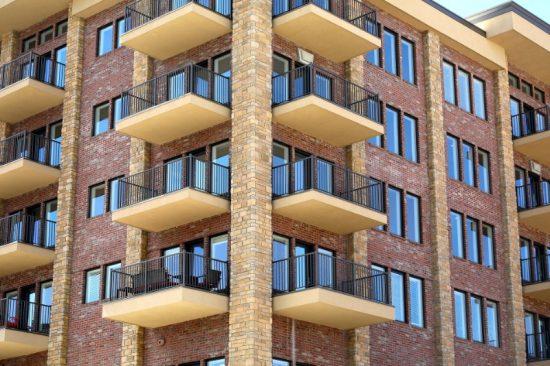 Zeker in verstedelijkte gebieden komen mensen steeds dichter op elkaar te wonen, zoals in dergelijke flatgebouwen . Geen wonder dat je dan geluidsoverlast krijgt...