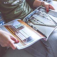Renske Cramer Creatief artikel trends bij communicatie en marketing foto van vrouw die tijdschrift leest