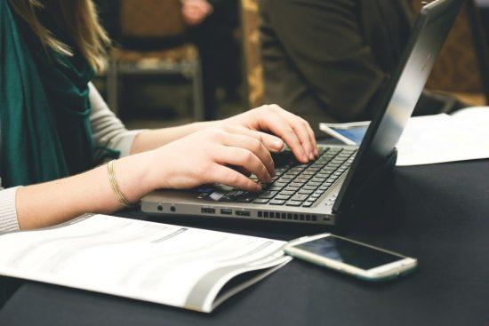 Renske Cramer Creatief cybercrime groeit en bloeit foto van meisje achter computer