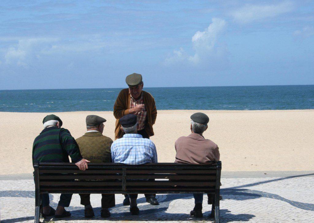 Renske Cramer Creatief artikel over dementie foto van groepje oude mannen die met elkaar praten