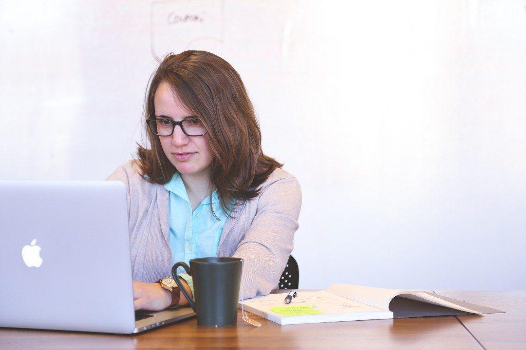 Renske Cramer Creatief artikel over ervaringen met wordpress foto van meisje achter laptop