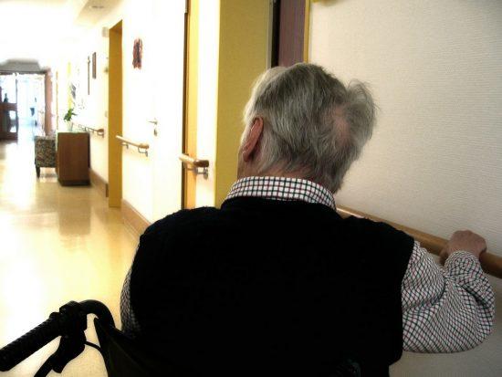 Renske Cramer Creatief artikel euthanasie bij voltooid leven foto van oude man in een rolstoel