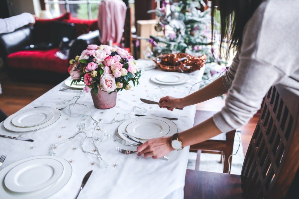 Renske Cramer Creatief artikel Feestdagenstress? Nergens voor nodig. Foto van het dekken van de tafel.