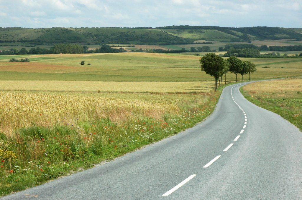 Renske Cramer Creatief artikel over vakantie en fileleed foto van stille weg door heuvellandschap