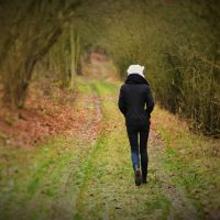 Renske Cramer Creatief artikel over pensioen foto van vrouw die in bos wandelt