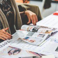 Renske Cramer Creatief artikel over persvrijheid foto van vrouw die tijdschrift doorbladert