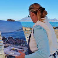Renske Cramer Creatief artikel volg je passies vrouw die aan het schilderen is op een strand