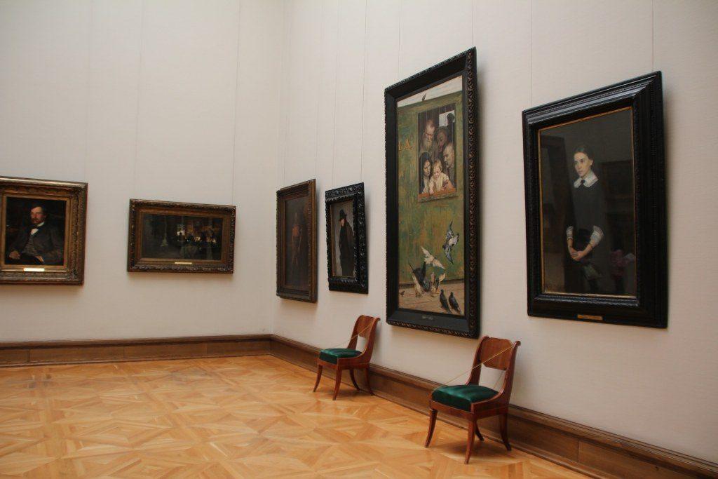 Renske Cramer Creatief artikel over websites van musea foto van zaal met schilderijen in museum