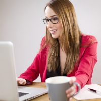 Renske Cramer Creatief artikel over zelf websites bouwen foto van meisje aan het werk achter de computer