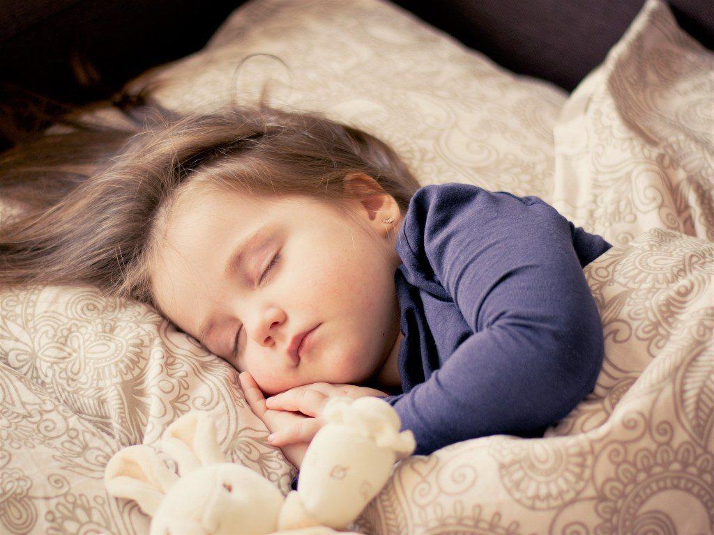 Renske Cramer Creatief artikel over zomertijd foto van slapend kindje