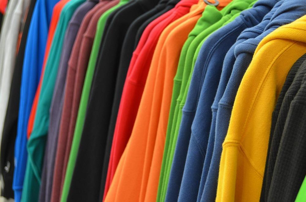 Renske Cramer Creatief artikel over vrouwenmarketing. Foto van een kledingrek in een winkel.