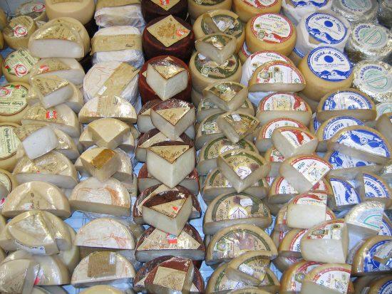 Renske Cramer Creatief: een foto van een schap met lekkere kaasjes bij een artikel over de voedselzandloper en goede voeding