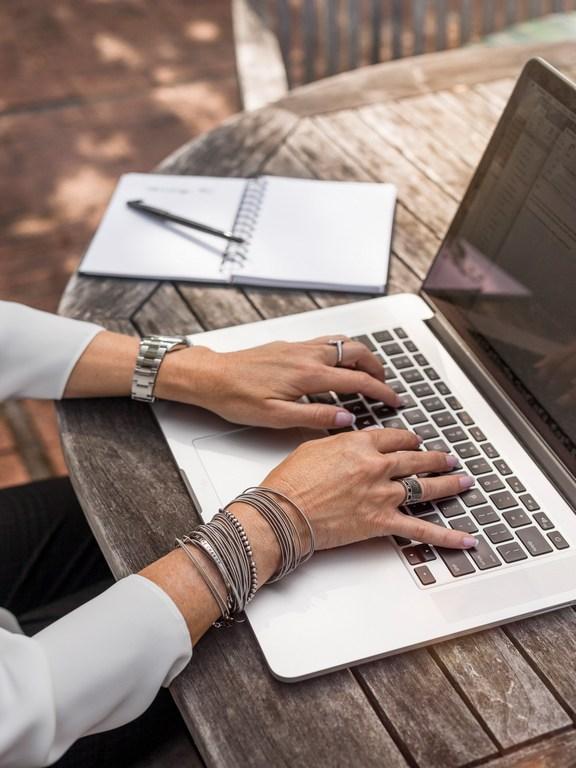 Een foto van typende handen bij een tekstje over het blog van Renske Cramer op haar site Renske Cramer Creatief