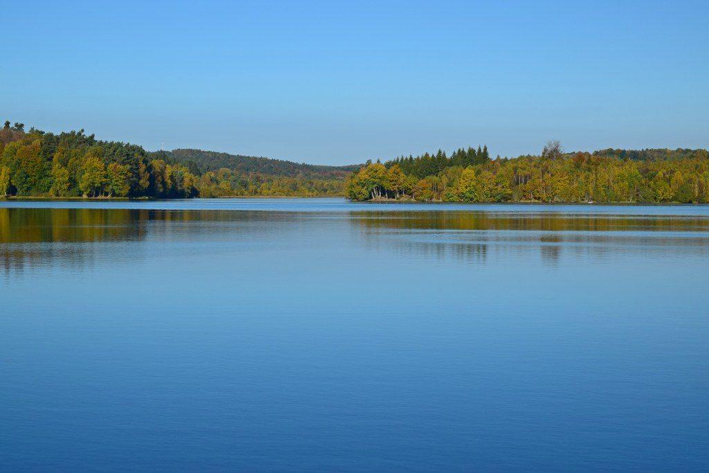 Renske Cramer Creatief foto van een herfstig meer in de Limousin (Frankrijk)