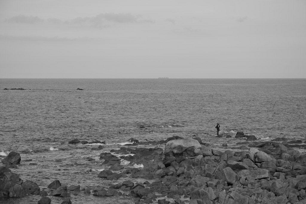 Renske Cramer Creatief foto van een visser op de rotsen van de Normandie (Frankrijk)
