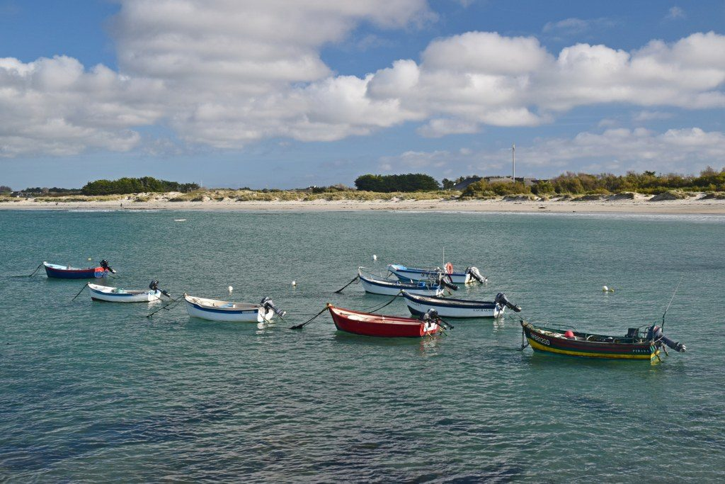 Renske Cramer Creatief reizen Frankrijk Bretagne foto van bootjes voor de kust van de Cornouaille