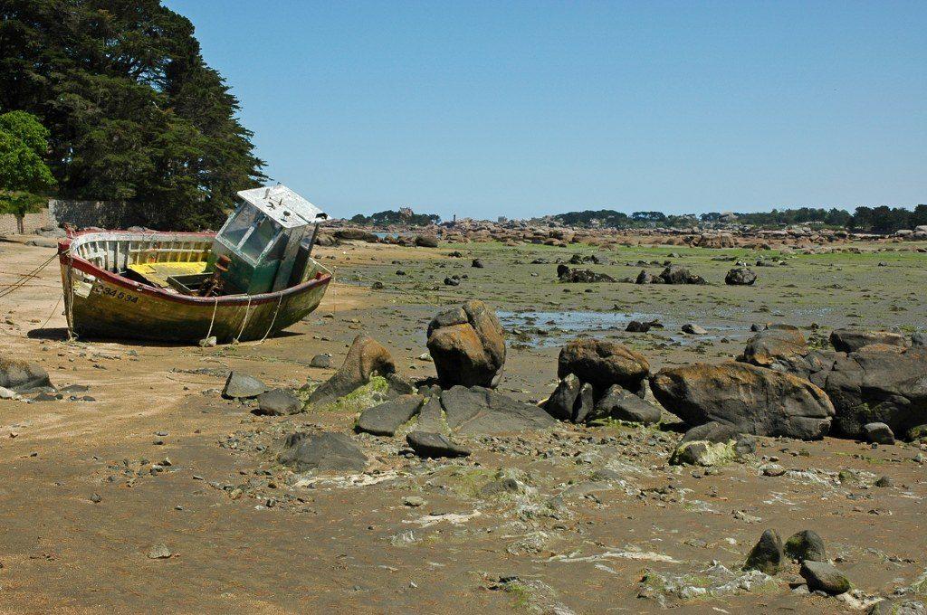 Renske Cramer Creatief reizen Frankrijk Bretagne foto van oud schip in drooggevallen riviermonding