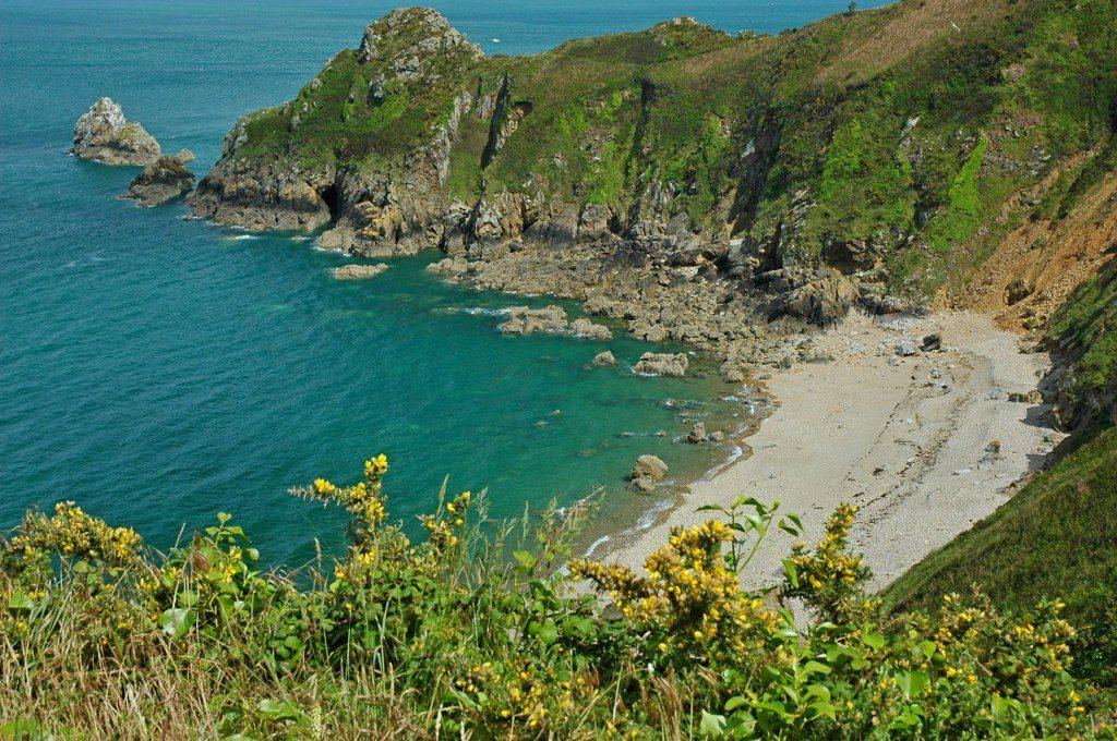 Renske Cramer Creatief foto van een kiezelstrandje aan de kust van Bretagne (Frankrijk)
