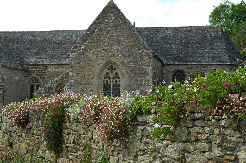 Renske Cramer Creatief reizen Frankrijk Bretagne foto van een oud kerkje