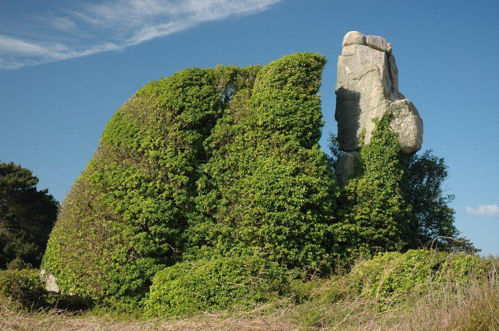 Renske Cramer Creatief reizen Frankrijk begroeide rotsformatie in Bretagne